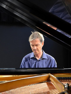 photo de Pierre au piano au studio Piccolo